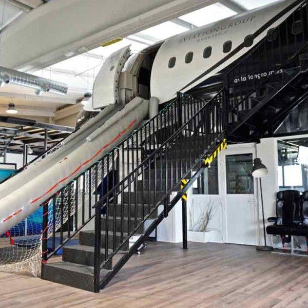 Avión y hangar 0001
